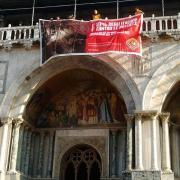 Il nostro striscione contro le pellicce a Piazza San Marco, a Venezia