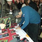 Pif, a Milano, firma contro le pellicce!
