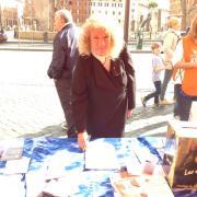 L'eurodeputata Cristiana Muscardini firma al tavolo LAV di Roma