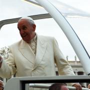 Papa Francesco saluta i nostri cani con un grande sorriso