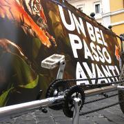 Lo striscione LAV #unbelpassoavanti in Piazza Montecitorio