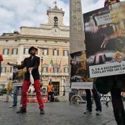 Attivisti LAV e artisti circensi in Piazza Montecitorio