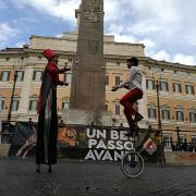 """Due artisti del circo """"umano"""" in Piazza Montecitorio"""