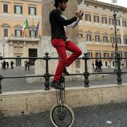 Un artista circense in Piazza Montecitorio per la campagna LAV
