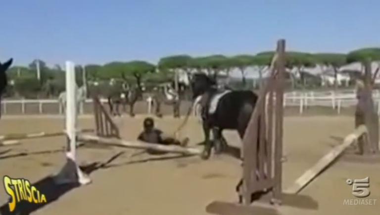 Cavallo frustato durante una lezione di salto a ostacoli. Li denunceremo!