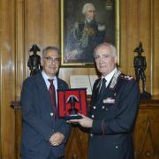 Il dono dei Carabinieri consegnato al Presidente Felicetti dal Generale Del Sette