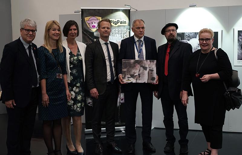 #ENDPIGPAIN - Presentazione Mostra Fotografica e VR investigazioni LAV - Foto con il Commissario UE Andriukaitis ed i membri del Parlamento UE