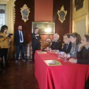 La presentazione del progetto presso il Comune di Palermo. Nella foto il Sindaco, Leoluca Orlando e la responsabile LAV Area Adozioni, Federica Faiella
