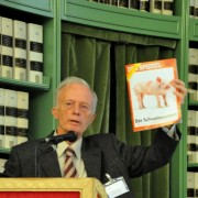 Il prof. Vallauri mostra la copertina di Der Spiegel, a testimonianza dell'attualità delle tematiche che riguardano gli animali