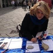 L'onorevole Loredana De Petris firma al nostro tavolo di Aosta