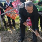 Il Presidente LAV, Gianluca Felicetti pianta l'albero d'ulivo per il World Vegan Day