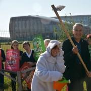 Volontari e il Presidente LAV, Gianluca Felicetti piantano l'albero d'ulivo per il World Vegan Day