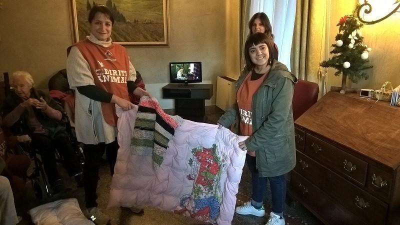 Volontari LAV con le coperte donate