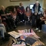 Gli anziani ospiti di Villa Le Camelie con i volontari LAV