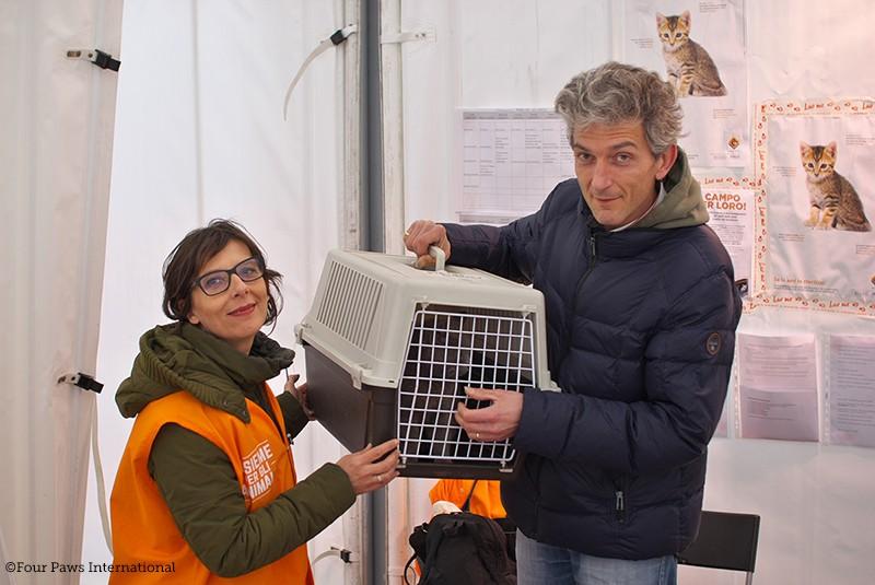 La gatta Sina con Ilaria Innocenti al Campo LAV a Cittareale in braccio al signor Pietro. FOTO: ©Four Paws International