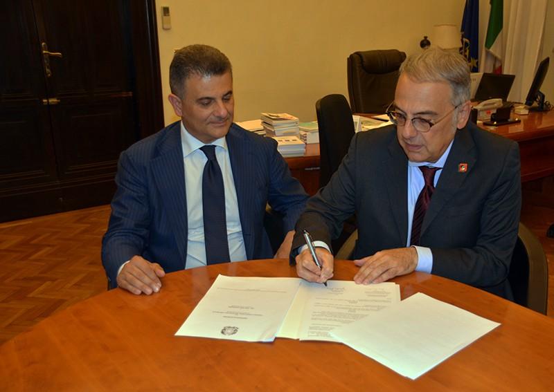 Firma Protocollo LAV/MIUR: Vito De Filippo, Sottosegretario MIUR, e Gianluca Felicetti, Presidente LAV