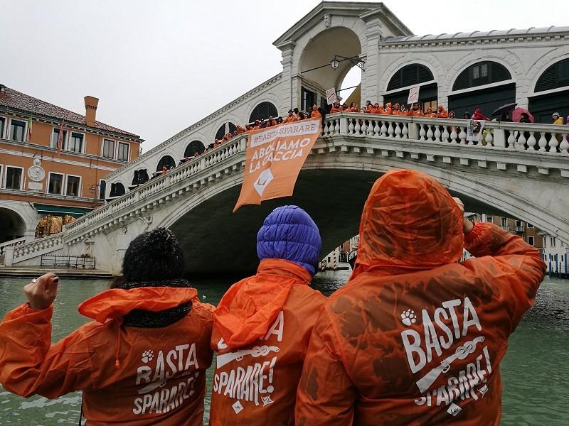 Attivisti LAV di fronte allo striscione calato dal Ponte di Rialto