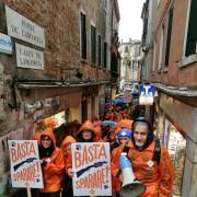 Manifestazione LAV in una calle veneziana