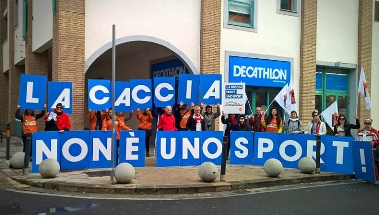 La caccia non è uno sport! A Firenze per rinnovare nostro appello a Decathlon
