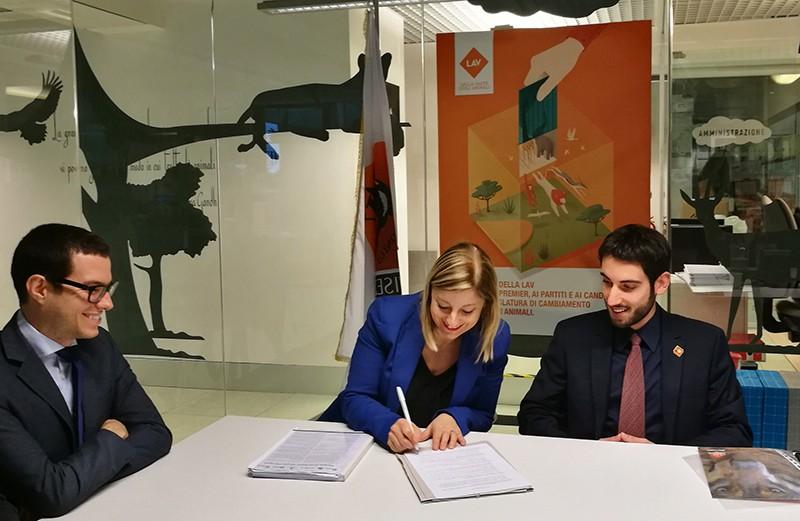 Roberta Lombardi M5S firma programma LAV Elezioni Regionali