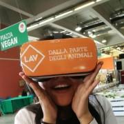 Un visitatore durante l'esperienza in realtà virtuale a 360°