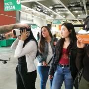 Un gruppo di studenti in visita allo stand LAV