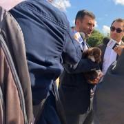 Il Sindaco di Bari, Antonio De Caro, con un cucciolo del canile