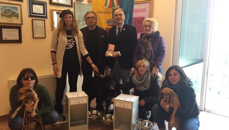 Cani di Lampedusa: anche in inverno non li lasciamo soli, inaugurati 10 dispenser di cibo e acqua