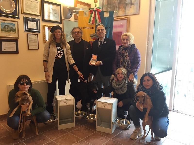 """Il Sindaco di Lampedusa con IL presidente LAV e i volontari dell'Associazione """"Il cuore ha 4 zampe"""""""