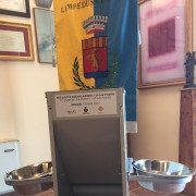 Uno dei dieci dispenser di cibo e acqua