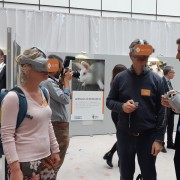Partecipanti all'evento con i nostri visori a 360° con immagini delle nostre investigazioni negli allevamenti