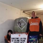 Volontarie della sede LAV Venezia, con il cibo per gatti ricevuto