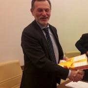 Il Presidente LAV consegna le firme della petizione #CHIMALTRATTAPAGA