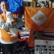 Volontaria della sede LAV Venezia, con il cibo per gatti ricevuto