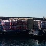 La chiatta arrivata a Gorgona con il cibo per gli animali acquistato da LAV