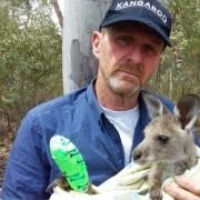 Greg con un cucciolo di canguro salvato (C) Kangaroos Alive