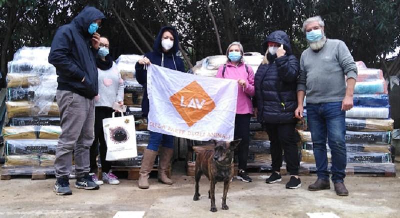 Parte del cibo per cani e gatti donato da LAV