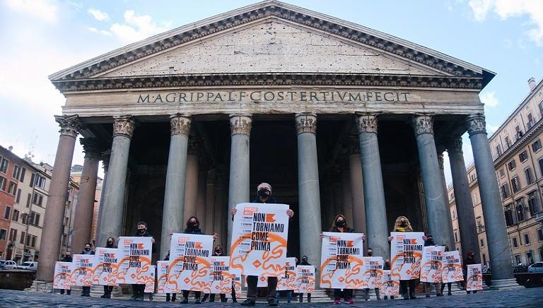 Flash mob LAV al Pantheon: auguri in piazza per un 2021 #NONCOMEPRIMA