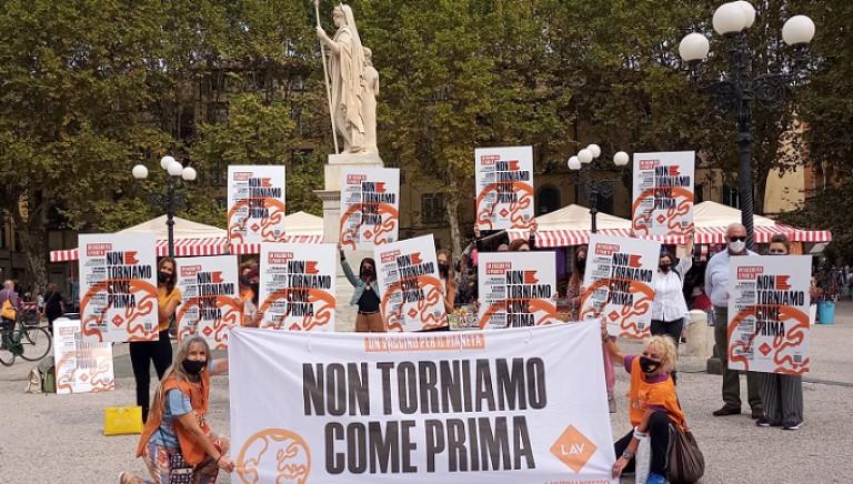 Flashmob #NONCOMEPRIMA: il nostro Manifesto torna nelle piazze!