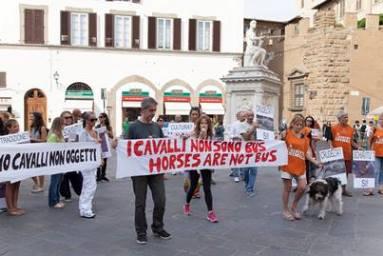 Ancora nel centro cittadino di Firenze per dire NO alle carrozzelle