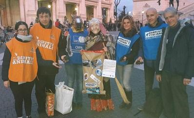 Botticelle: la Befana animalista consegna sacco di carbone e lettera alla sindaca Raggi per abolizione promessa e non mantenuta