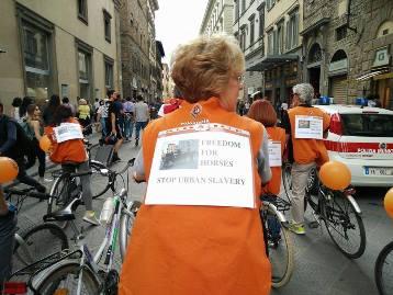 Grazie a  quanti hanno partecipato alla biciclettata per le vie di Firenze, contro le carrozzelle per uso turistico trainate da cavalli.